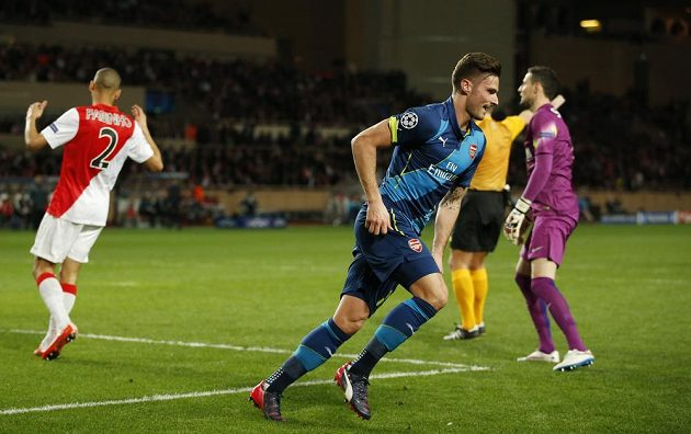 Útočník Arsenalu Olivier Giroud (vpředu) se raduje z gólu proti Monaku.
