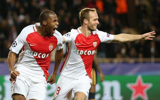 Djibril Sidibe z Monaka (vlevo) se raduje z gólu proti Tottenhamu.