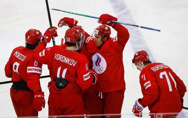 Ruští hokejisté oslavují úvodní gól proti České republice v úvodním duelu na MS v Rize.