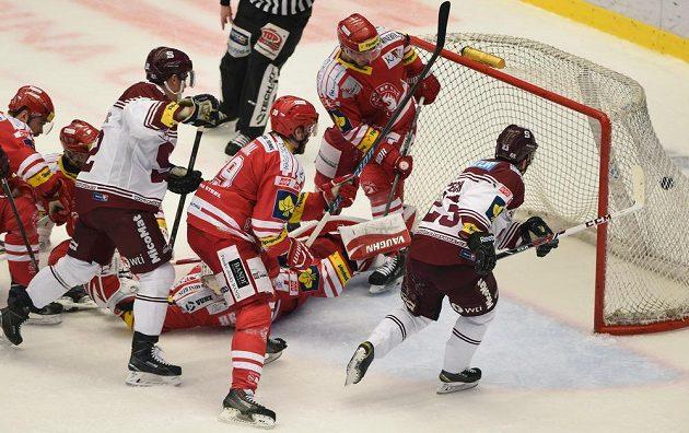 Lukáš Pech (zcela vpravo) střílí ve druhé třetině gól Sparty.