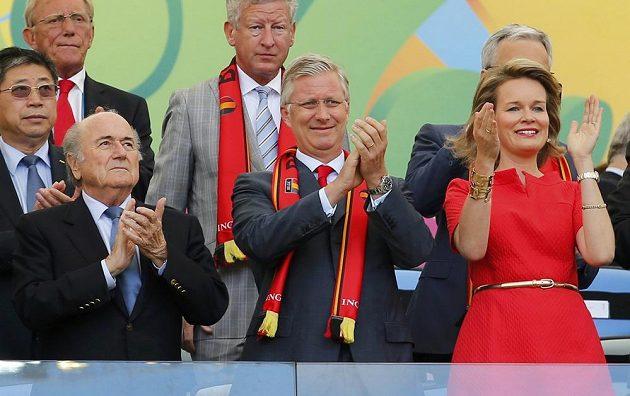 Prezident FIFA Sepp Blatter (vlevo) spolu s belgickým královským párem před výkopem duelu s Ruskem.