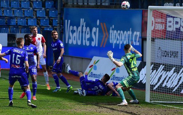 Brankář Olomouce Aleš Mandous sleduje, jak míč v pohárovém čtvrtfinále míří do břevna jeho brány.
