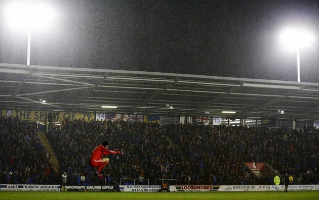 Brankář Chelsea Petr Čech během osmifinále Ligového poháru se Shrewsbury.