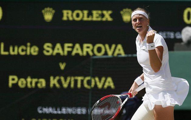Petra Kvitová se zaťatou pěstí během semifinále Wimbledonu.