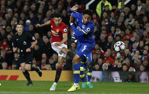 Fotbalista Manchesteru United Jesse Lingard střílí na branku Evertonu v utkání Premier League.