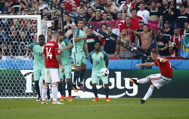 První gólová střela Maďara Balázse Dzsudzsáka (vpravo) na ME proti Portugalsku.