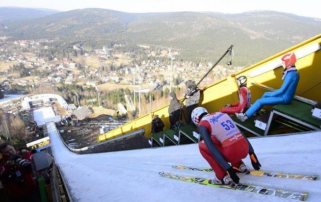 Polský reprezentant a olympijský vítěz Kamil Stoch se rozjíždí z můstku v Harrachově.