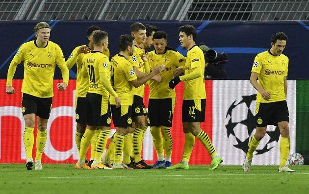 Fotbalisté Dortmundu se radují z branky