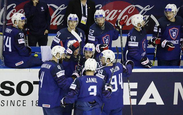 Francouzská radost z gólu proti Velké Británii v duelu o záchranu.