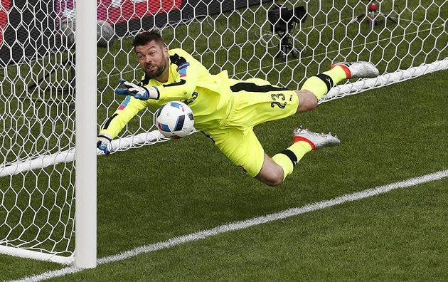 Slovenský brankář Matúš Kozáčik likviduje hlavičku Garetha Balea.