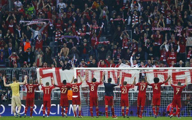 Fotbalisté Bayernu Mnichov oslavují s fanoušky výhru nad Barcelonou 4:0.