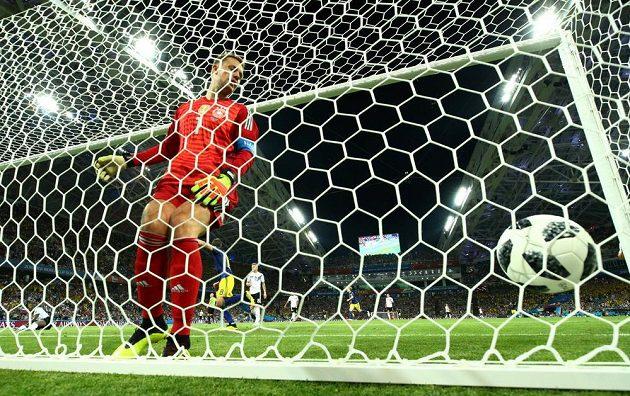 Německý brankář Manuel Neuer dorazil pozdě, míč už je v síti.