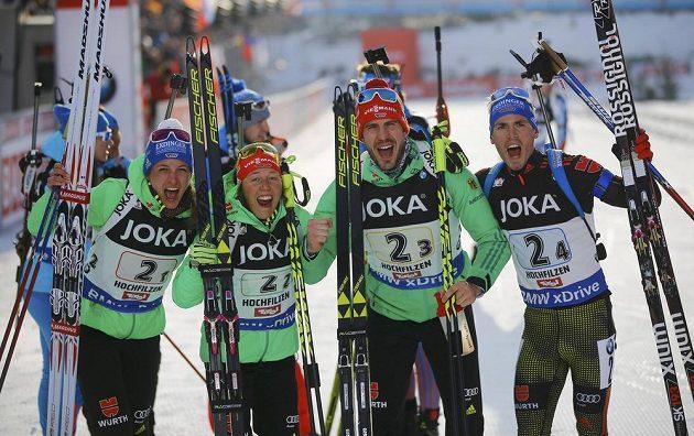Radost německého biatlonového týmu z vítězství v závodě smíšených štafet na MS v Hochfilzenu. Zleva Vanessa Hinzová, Laura Dahlmeierová, Arnd Peiffer and Simon Schempp.
