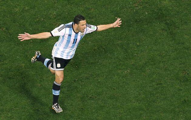 Argentinec Maxi Rodríguez měl v rostřelu poslední slovo. Zařídil svému týmu finále.