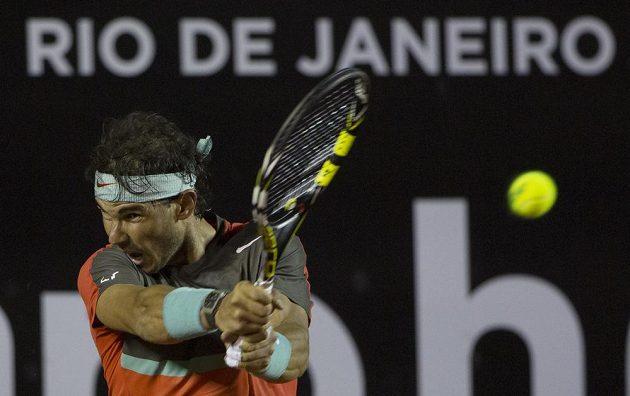 Rafael Nadal vrací míček Pablu Andujarovi na turnaji v Rio de Janeiru.