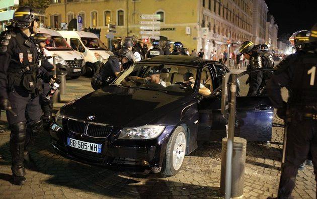 Policie po zápase Anglie - Rusko zastavovala z bezpečnostních důvodů skoro každé auto.
