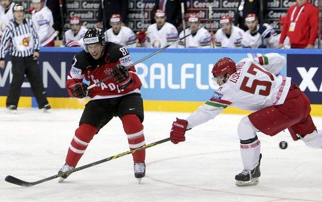 Bělorus Ivan Usenko (vpravo) brání Sidneyho Crosbyho z Kanady.