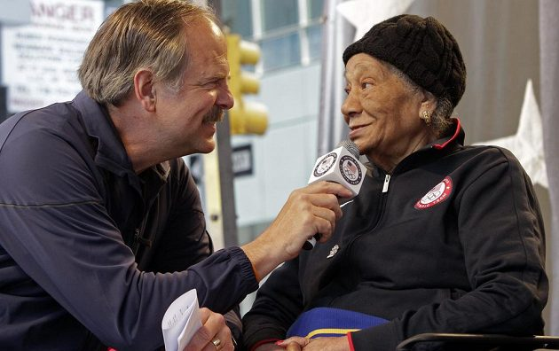 Olympijská vítězka Alice Coachmanová Davisová na snímku z roku 2012 při rozhovoru s bývalým vynikajícím plavcem Johnem Naberem.