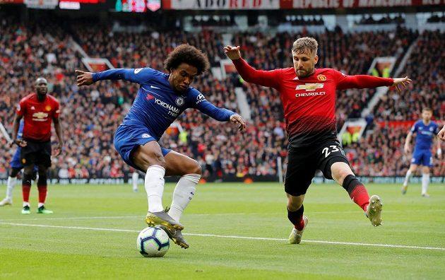 Willian z Chelsea čaruje s míčem, brání ho Luke Shaw z Manchesteru United.