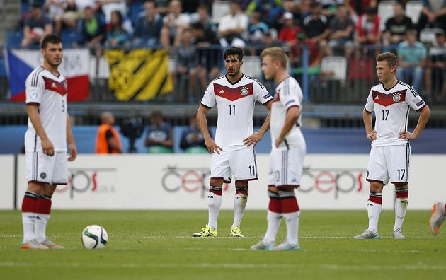 Zaskočení fotbalisté Německa během semifinále ME do 21 let proti Portugalsku.