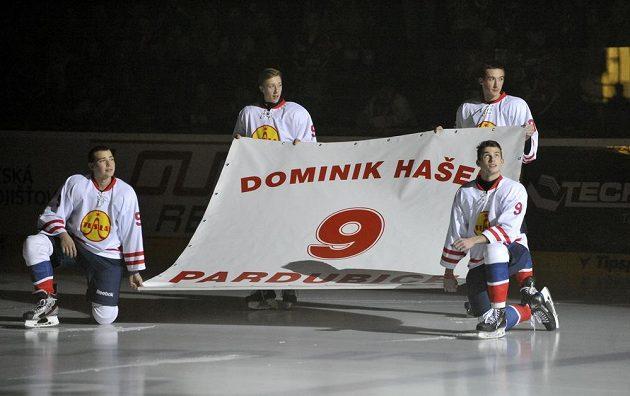 Slavnostní vyřazení dresu s číslem devět na počest legendárního brankáře Dominika Haška před zápasem Pardubic se Spartou.