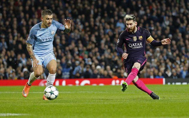 Barcelonský Lionel Messi dává gól, přihlíží Aleksandar Kolarov z Manchesteru City.