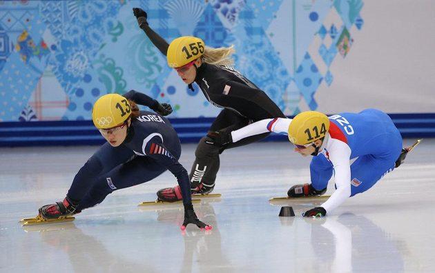 Osudný souboj. Kateřina Novotná (vpravo) jde po kontaktu s Američankou Emily Scottovou k zemi. Rozjíždce v závodu na 1000 m vládla Korejka Park Seung-hi