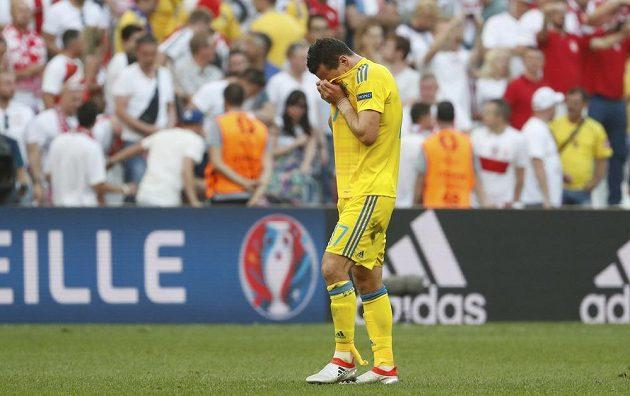 Smutný ukrajinský fotbalista Artěm Fedetskij po porážce s polskem na ME.