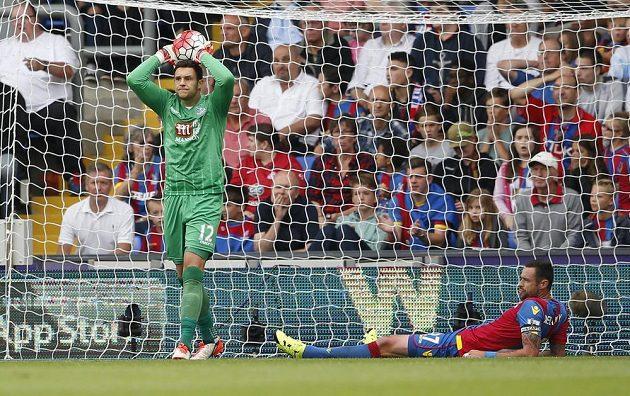 Damien Delaney (ležící) z Crystal Palace poté, co si dal vlastní gól v utkání s Arsenalem. Vlevo brankář Alex McCarthy.