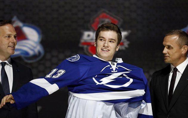 Po Jonathanu Drouinovi sáhl jako po trojce letošního draftu NHL tým z Tampy.