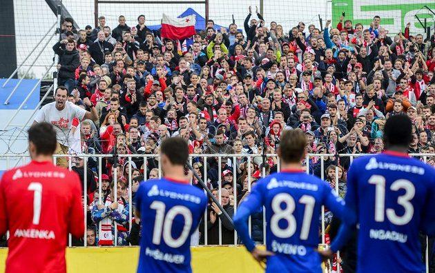 Fotbalisté Slavie děkují svým fanouškům po vítězství v Hradci Králové.