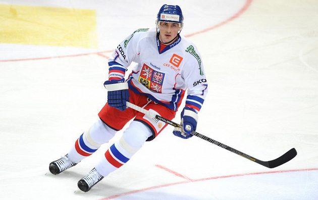 Český obránce Tomáš Kaberle v duelu proti Finsku.