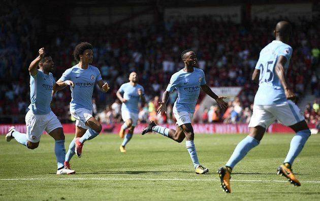 Raheem Sterling (druhý zprava) slaví se spoluhráči vítěznou trefu proti Bournemouthu.