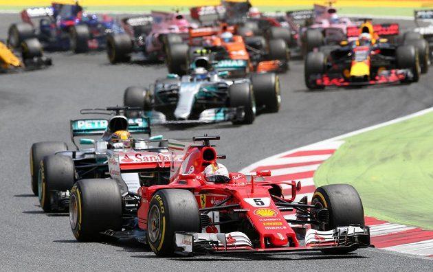 Sebastian Vettel vede při velké ceně ve Španělsku.