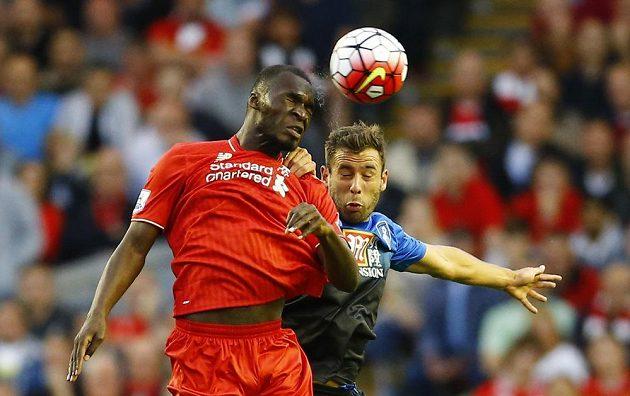 Christian Benteke (vlevo) z Liverpoolu v souboji se Stevem Cookem z Bournemouthu.