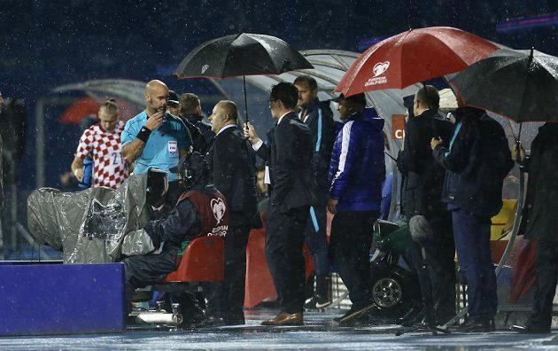 Rozhodčí Stefan Johannesson se nakonec rozhodl utkání Chorvatska s Kosovem předčasně ukončit.