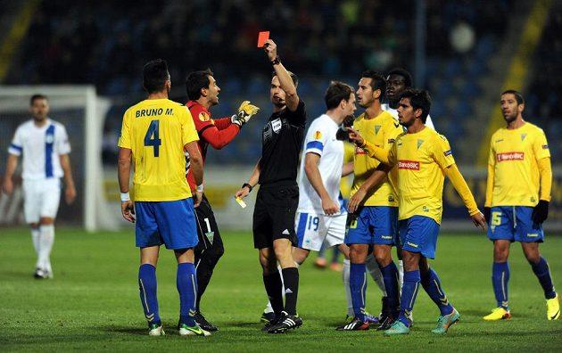Rozhodčí Kenn Hansen (uprostřed) vylučuje Bruna Miguela během utkání Evropské ligy mezi Libercem a Estorilem.