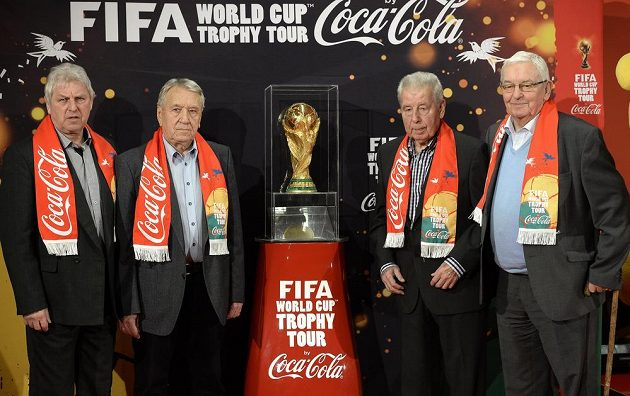 Legendy českého fotbalu (zleva): Václav Mašek, Josef Jelínek, Josef Masopust a Rudolf Baťa s trofejí FIFA během její navštevy v Praze.