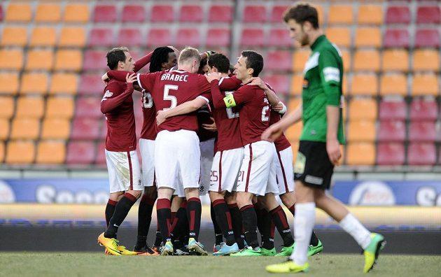 Hráči Sparty Praha oslavují vedoucí gól na 2:1 během přípravného utkání s Jabloncem.