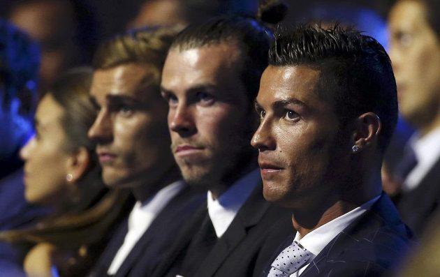 Zprava doleva Cristiano Ronaldo, Gareth Bale a Antoine Griezmann před vyhlášením nejlepšího hráče Evropy.