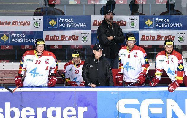 Jiří Dopita (vzadu) na střídačce Olomouce během utkání na Spartě.