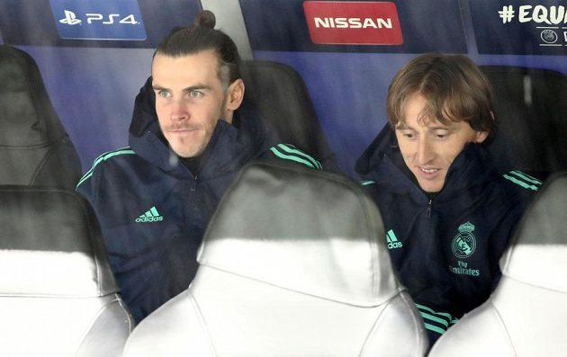 Fotbalisté Realu Madrid Gareth Bale a Luka Modrič na lavičce během utkání Ligy mistrů.
