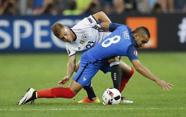Francouz Dimitri Payet (vpravo) a Němec Joshua Kimmich bojují o míč.