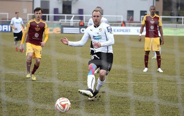 Plzeňský záložník Daniel Kolář proměňuje penaltu proti Dukle.