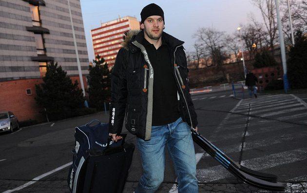 Český obránce Michal Barinka přichází na sraz hokejové reprezentace v holešovické Tipsport areně.
