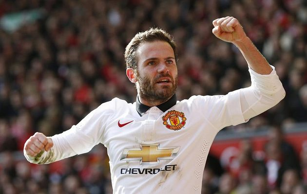 Juan Mata dal v Liverpoolu dva góly Manchesteru United.