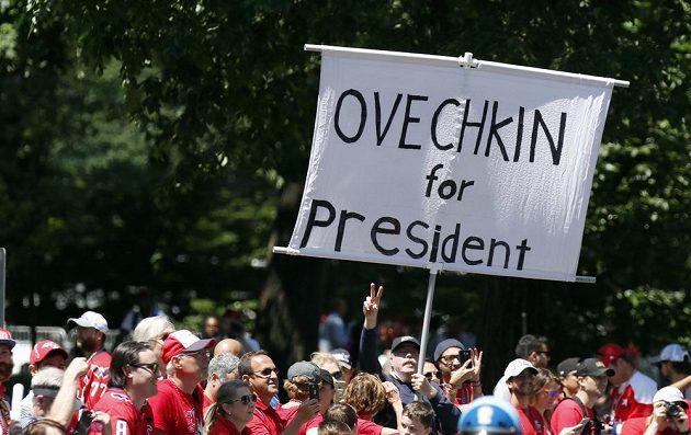 Fanoušci Washingtonu při oslavě Stanley Cupu. Hvězdného Alexandra Ovečkina by brali i jako prezidenta...