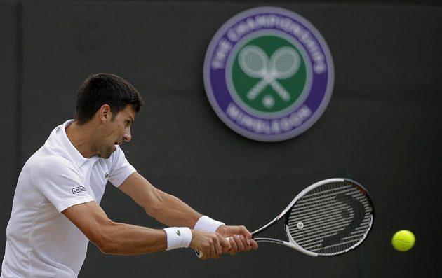 Srb Novak Djokovič při čtvrtfinále Wimbledonu s Tomášem Berdychem.