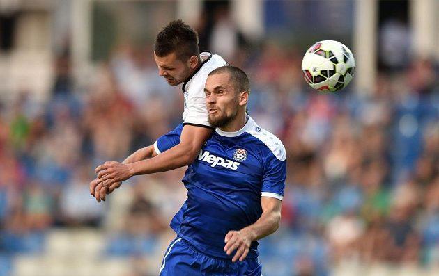 Mladoboleslavský útočník Michal Ďuriš a Neven Laštro (v modrém dresu) ze Širokého Brijegu během utkání druhého předkola Evropské ligy.