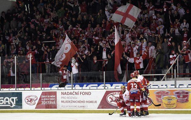 Hokejisté Slavie Praha oslavují v Edenu druhý gól nad Kometou Brno.